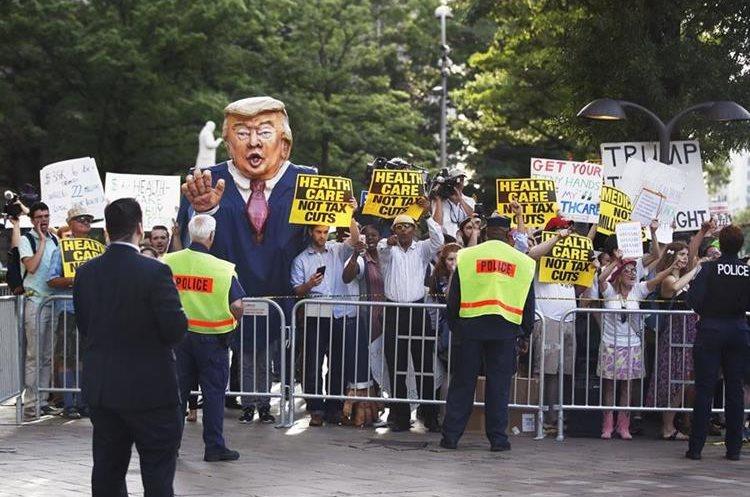Manifestantes protestan frente al hotel donde Trump asiste a una recaudación de fondos para la reelección.(AP).