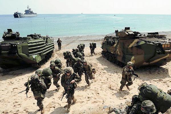 Marines estadounidenses participan en maniobras militares en Corea del Sur.<(Foto Prensa Libre: EFE).