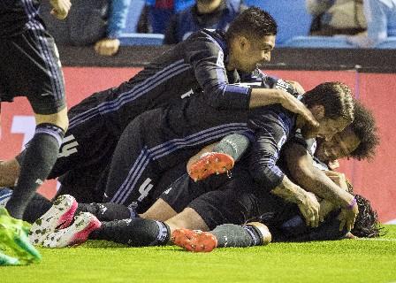 Cristiano es felicitado por sus compañeros luego de su doblete. (Foto Prensa Libre: AP)