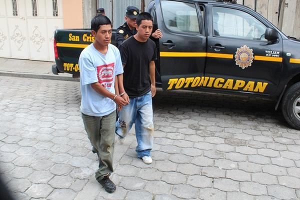 <p>Dos presuntos extorsionistas fueron capturados luego que amenazaron al ayudante de un microbús con recibir un teléfono celular para luego llamar y exigir la extorsión. (Foto Prensa Libre: Edgar Domínguez)<br></p>