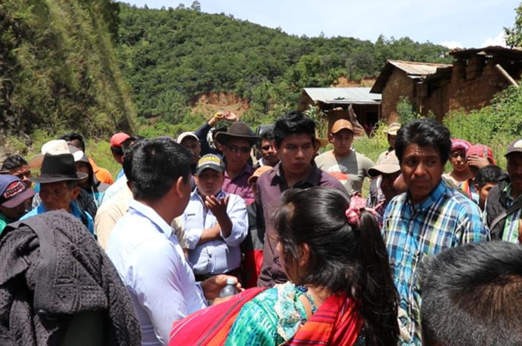 Los vecinos de Chuitzalic, San Pedro Jocopilas, Quiché, acordaron entregar a la Policía a los dos hombres sindicados de intento de violación. (Foto Prensa Libre: Héctor Cordero)