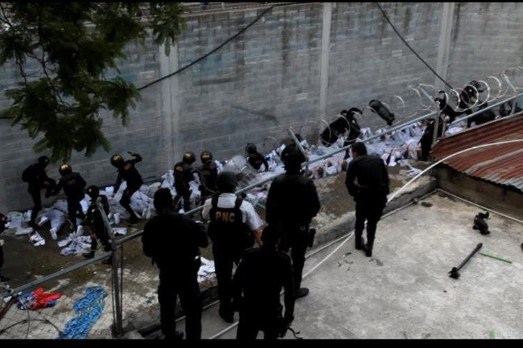 La PNC controla un motín ocurrido en el anexo al centro correccional Gaviotas, hecho que dejo dos monitores muertos. (Foto Prensa Libre: Hemeroteca PL)