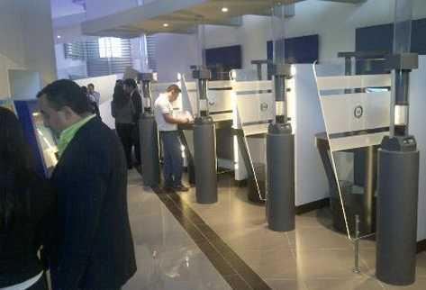 Clientes del banco ingresan desde internet a sus cuentas, en los espacios que ofrece la nueva agencia en Paseo Cayalá (Foto. Prensa Libre. Byron Dardón)