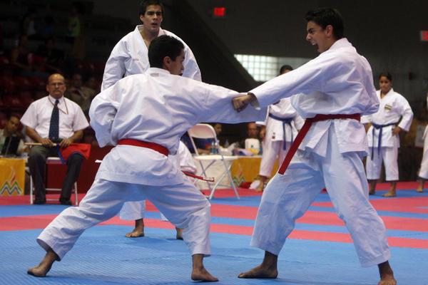 """<p>El equipo formado por Alejandro y Guido Abdala, además de Pedro Marroquín, ganaron esta tarde la presea de plata en kata por equipos en Mayagüez 2010. (Foto Prensa Libre: Fernando Ruiz)<br _mce_bogus=""""1""""></p>"""