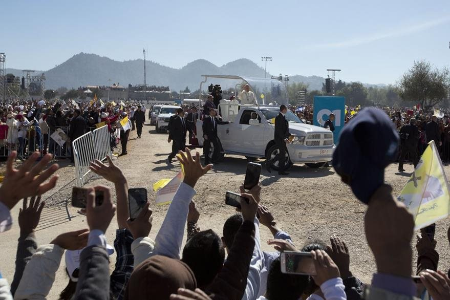 Agentes de seguridad siempre custodiaban el papamóvil cuando transitó por México. (Foto Prensa Libre: AP).