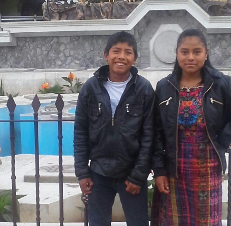 Los hermanos Juana Aracely y Marlon Gabriel Osorio murieron en un accidente vial martes último en Chimaltenango.  (Foto Prensa Libre: Víctor Chamalé).