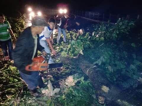 Un deslizamiento de tierra cayó sobre el camino en la ruta entre Santo Tomás la Unión y la aldea Guineales, Suchitepéquez. (Foto Prensa Libre: Cristian Soto)