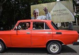 Miles de entusiastas cubanos ultiman detalles para recibir el próximo sábado al papa Francisco en La Habana.