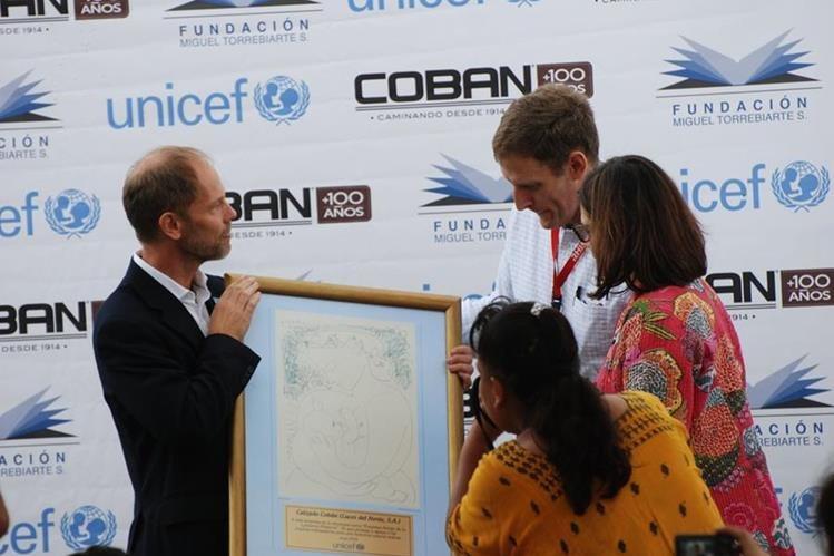 Ejecutivos de la empresa Las Luces/Grupo Cobán junto a directivos de Unicef junto a varias trabajadoras observan la certificación. (Foto, Prensa Libre: Cortesía Unicef)