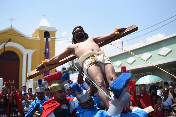 Actor guatemalteco pasa por los castigos que pasó Jesús antes de llegar a la cruz. (Foto Prensa Libre: AFP)