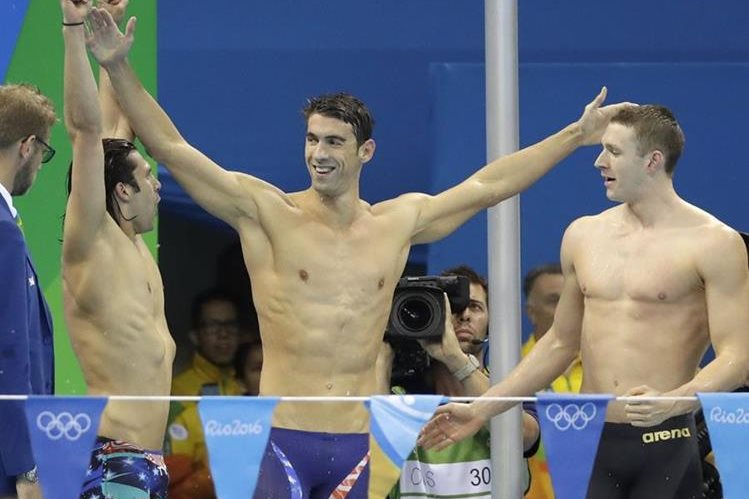 Michael Phelps festeja el oro junto a su equipo. (Foto Prensa Libre: AP)