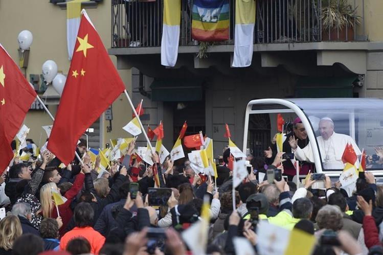El papa Francisco saluda a la comunidad china que lo despide Prato después de una corta visita. (Foto Prensa Libre: AFP).