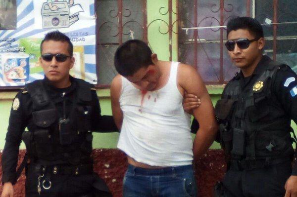 Tocay fue capturado cuando intentaba lanzar una bomba molotov a un autobús en Amatitlán. (Foto Prensa Libre: Cortesía PNC)