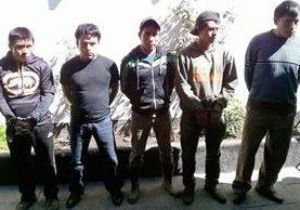 Cinco de los hombres capturados en Sumpango, Sacatepéquez, señalados de pertenecer a una banda de violadores. (Foto Prensa Libre: PNC)