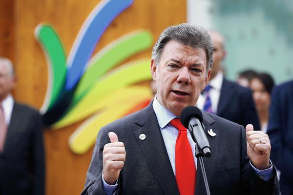 El presidente Juan Manuel Santos habla con la prensa después de una actividad en Roma, Italia. (Foto Prensa Libre: AP).