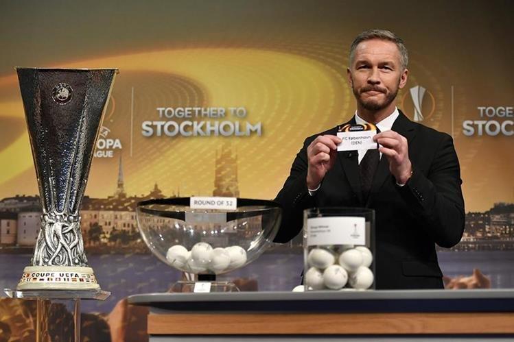 El defensa sueco Patrik Andersson fue el encargado de realizar el sorteo de los 16avos de final de la Liga de Europa. (Foto Prensa Libre: AFP)