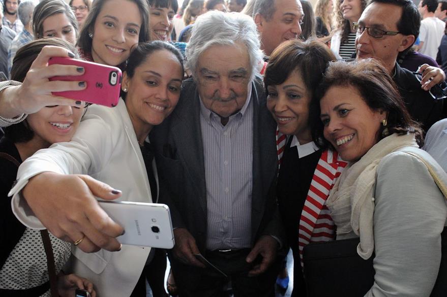 El carismático expresidente fue asediado por el público para retratarse con él. (Foto Prensa Libre: AFP).