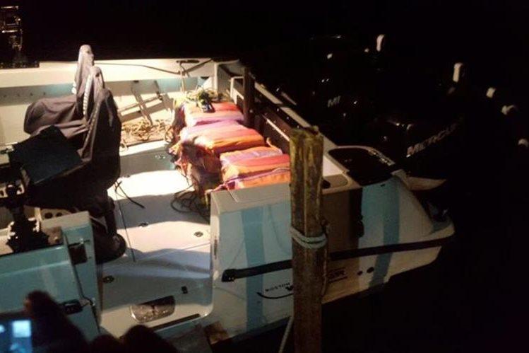Los costales hallados flotando en el mar son trasladados a la Base Naval del Pacífico en Puerto San José, Escuintla. (Foto Prensa Libre: Cortesía PNC)
