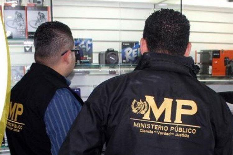 Fiscales del Ministerio Público durante una de las diligencias en este proceso. (Foto Prensa Libre: MP)