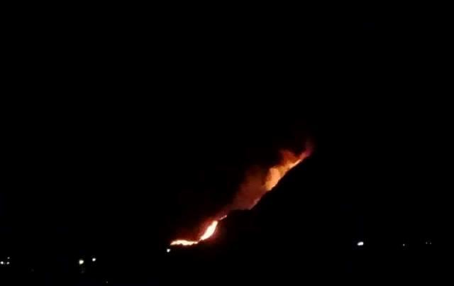 El siniestro comenzó a eso de las 20.30 horas del miércoles, informaron autoridades. Foto Prensa Libre: Ángel Julajuj.