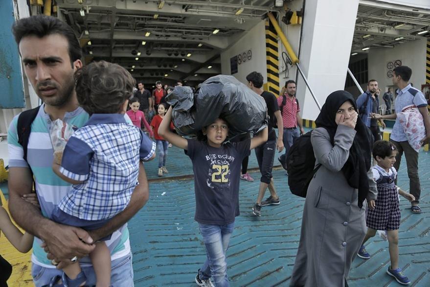 """Varios inmigrantes sirios desembarcan del ferry """"Eleftherios Venizelos"""" en el puerto del Pireo en Grecia. (Foto Prensa Libre: EFE)."""