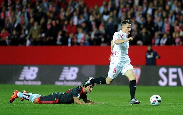 Kevin Gameiro fue una de las figuras del Sevilla al contribuir con dos goles en el triunfo contra el Celta. (Foto Prensa Libre: AFP)