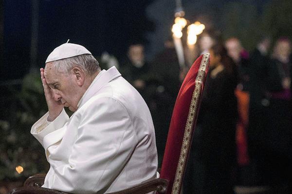 Papa Francisco reza en El Vaticano. (Foto Prensa Libre: EFE)