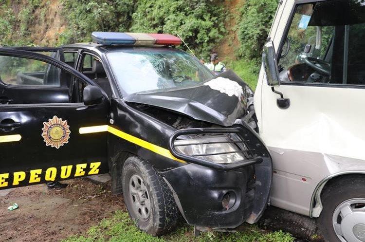 Autopatrulla circulaba contra la vía y colisiona con autobús de religiosos. (Foto Prensa Libre: Renato Melgar)