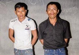 Los dos presuntos delincuentes capturados en Petén. (Foto Prensa Libre: Rigoberto Escobar).