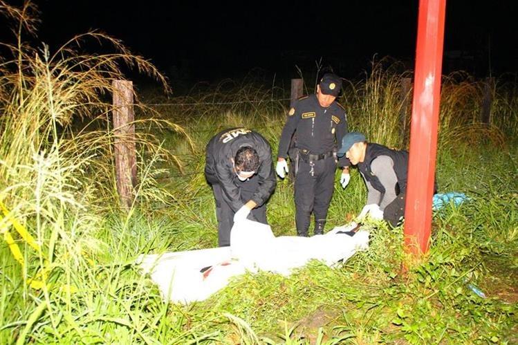 Las autoridades recolectan evidencia en el lugar del crimen contra Alfredo Cruz Oliva, en Gualán, Zacapa. (Foto Prensa Libre: Víctor Gómez)