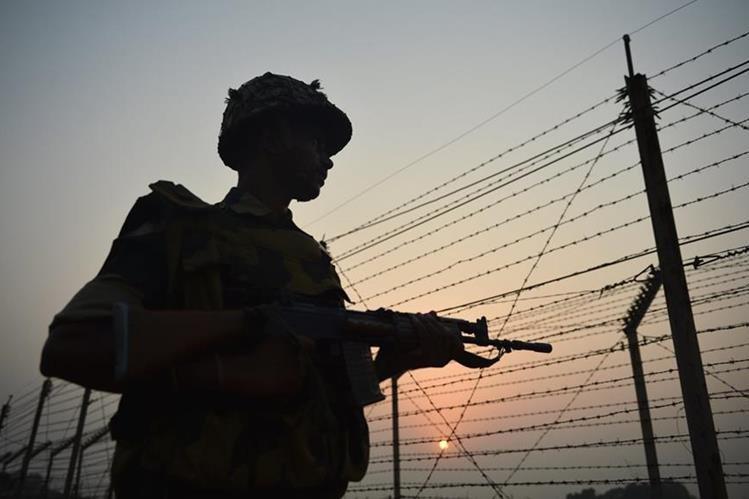 Un soldado hindú vigila la zona fronteriza entre India y Pakistán, en creciente tensión. (Foto Prensa Libre: AFP).