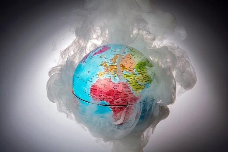 La figura hace alusión a los niveles récord de temperatura que registra la Tierra. (Foto Prensa Libre: AFP).