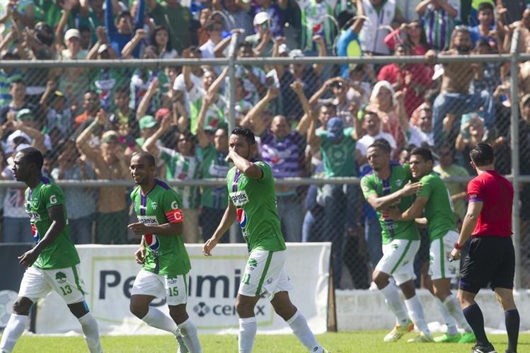 Antigua GFC contó con el respaldo de su afición en el encuentro contra los cremas en el estadio Pensativo. (Foto Prensa Libre).