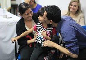 Édgar Soto besa a su hija Abigaíl, de 5 años, quien recibió implante para escuchar. Observa la madre de la niña, Priscila de Soto. (Foto Prensa Libre: Esbin García).
