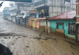 Las fuertes correntadas de lodo impidieron el paso en la calle principal de Almolonga. (Foto Prensa Libre: Cortesía Pedro Poz)