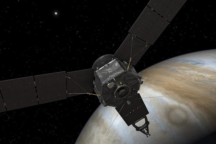 Representación artística de la sonda Juno la cual se encuentra explorando la órbita de Júpiter. (Foto: EFE)