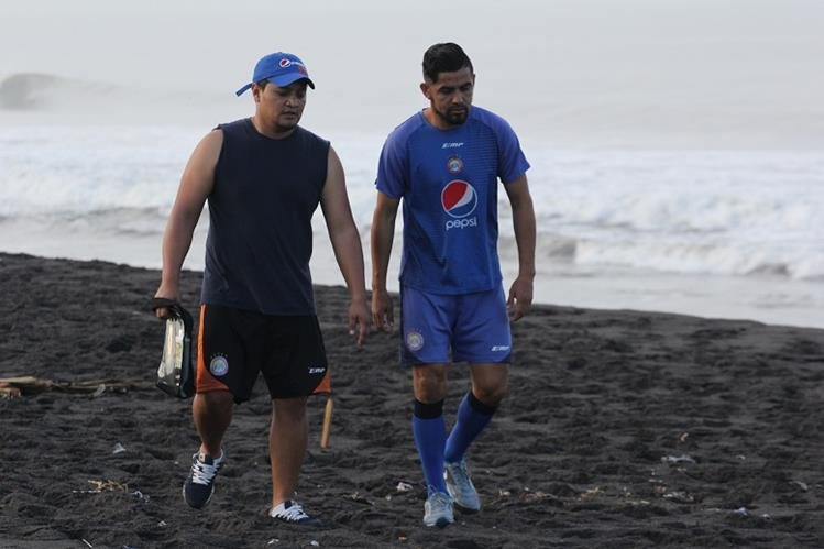 El mexicano César Morales no ha podido trabajar con normalidad en la playa de Champerico. (Foto Prensa Libre: Raúl Juárez)