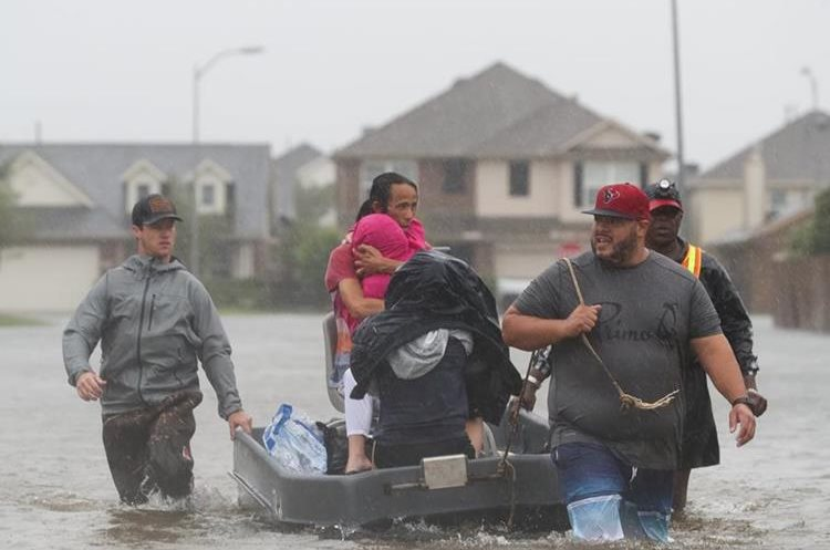 Las autoridades han indicado que en las próximas horas el huracán Harvey podría dejar más de 120 centímetros cúbicos de agua.