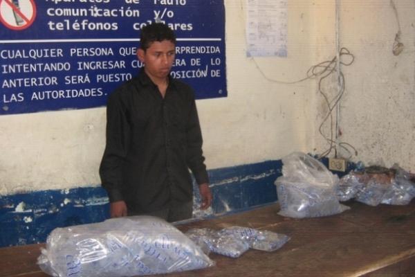 <p>Héctor Leonardo Suyún Choc fue sorprendido cuando intentaba ingresar licor en bolsas de agua pura a la cárcel de Cobán. (Foto Prensa Libre: PNC)<br></p>