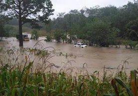 Un tramo de la Franja Transversal del Norte, en el km 428, Raxruhá, Alta Verapaz, quedó anegado por la lluvia de las últimas horas. (Foto Prensa Libre: Conred)