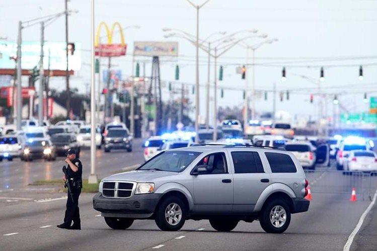 Oficiales vigilan una autopista cerrada después del ataque a los agentes. (Foto Prensa Libre: AFP).