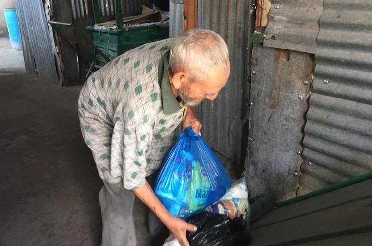 Octavio Urrutia sobrevivía de la ayuda que le brindaban los vecinos. (Foto Prensa Libre: Mario Morales)