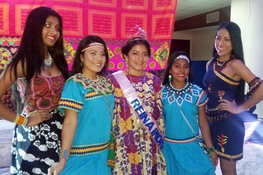 La quetzalteca -centro- es electa como ganadora del  Certamen Internacional de Belleza Indígena. (Foto Prensa Libre: Cortesía Facebook)