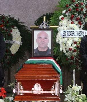 La fotografía de Tomás Hernández, jefe de la Policía de Guerrero, aparece sobre su ataúd, luego de que fue asesinado, el domingo último. (Foto Prensa Libre: AP).