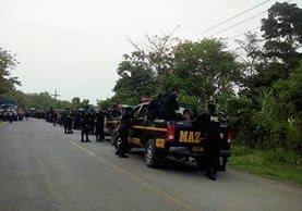 Contingente de la PNC permanece cerca del bloqueo del  km 182 de la ruta entre Cuyotenango y San José La Máquina. (Foto Prensa Libre: Omar Méndez)