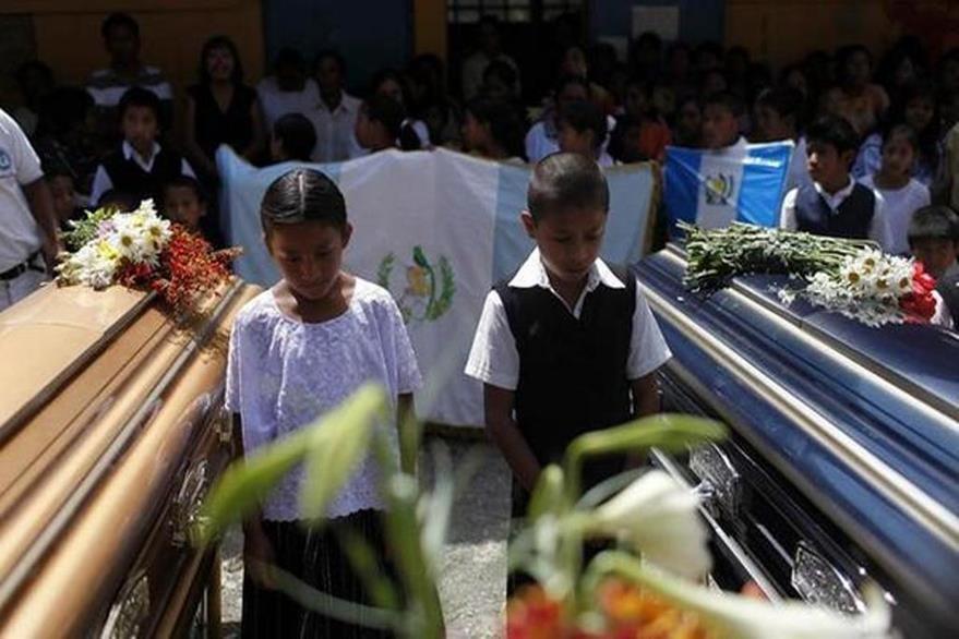 Compañeros de estudios de los niños asesinados participaron en las honras fúnebres en la escuela donde ocurrió el ataque en Tactic, Alta Verapaz, en el 2012. (Foto Prensa Libre: Hemeroteca PL).