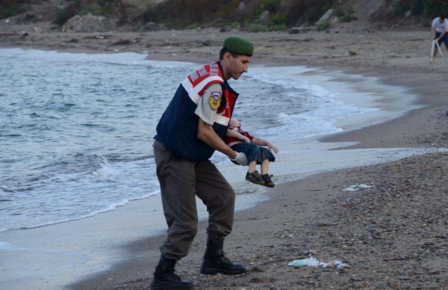 La imagen de Aylan que apareció ahogado en una playa en el balneario turco de Bodrum en el Mar Egeo, recorrió el mundo. (Foto Hemeroteca PL).