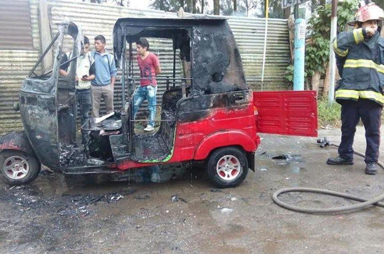 Mototaxi fue consumido por las llamas. (Foto Prensa Libre: Víctor Chamalé).