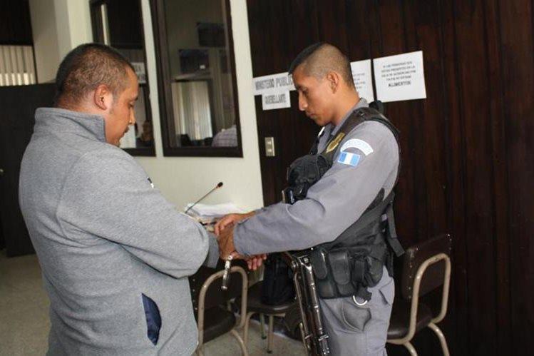 Adonaí Ismael Bámaca Lorenzo, piloto de autobús, fue dejado en libertad por medio de una medida sustitutiva. (Foto Prensa Libre: Ángel Julajuj)