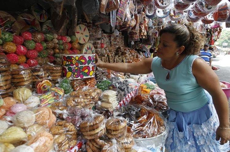 Gladis Hernández ofrece dulces típicos y juguetes a la orilla del Lago de Amatitlán. (Foto Prensa Libre: Paulo Raquec).